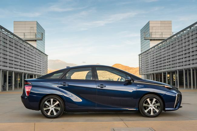 2016_Toyota_Fuel_Cell_Vehicle_028__mid
