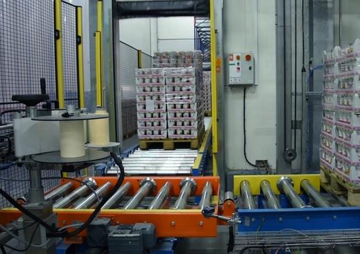 6-System przenośników zintegrowany z etykieciarką, w tle tunel szokowy - źródło PROMAG