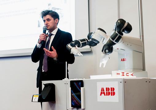 Lukasz Drewnowski ABB w trakcie prezentacji robota YuMi zdj. Maria Kowalska Arch. ABB