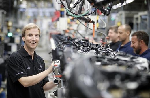 """Dr. Andreas Schenkel in der Motorenproduktion von Mercedes-Benz. Dr. Schenkel ist Geschäftsführer der neugegründeten Gesellschaft """"Mercedes-Benz Manufacturing Poland"""" und verantwortet damit die Produktion am neuen Standort Jawor, die im Jahr 2019 starten wird. ; Dr Andreas Schenkel in the engine production of Mercedes-Benz. Dr. Schenkel is the CEO of the newly established company """"Mercedes-Benz Manufacturing Poland"""" and is responsible for the production at the new location in Jawor, which will start in 2019.;"""