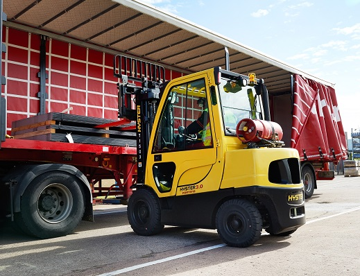 Hyster H3.0FT Unloading the raw materials_m