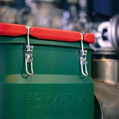 MEWA Sacon: Dieser eigens von MEWA entwickelte Container garantiert - bei bestimmungsgemäßer Verwendung - eine gefahrlose Lagerung der Tücher und höchste Transportsicherheit. Er ist luftdicht verschließbar, mit praktischen Rollen versehen und erfüllt alle Anforderungen der GGVSEB/ADR-Vorschriften. Foto: MEWA Abdruck frei - Beleg erbeten Media Contor, Bei den Mühren 66a, 20457 Hamburg