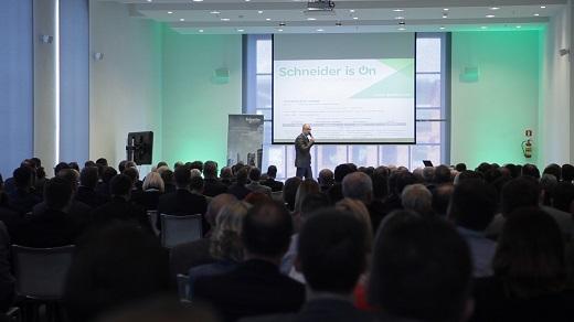 Schneider Ekectric_Jacek Łukaszewski wtrakcie głównej prezentacji_m