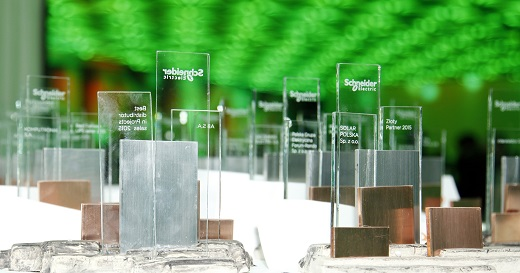 Schneider Electric stawia na partnerów i innowacje_statuetki_m