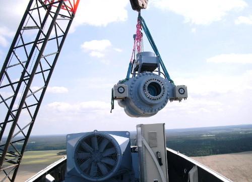 Ein Serviceteam von seebaWIND tauscht das Getriebe einer Windenergieanlage