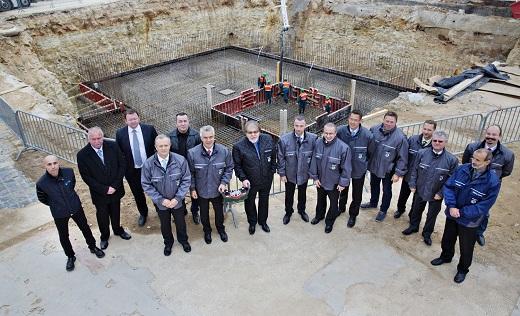 Stiskem tlačítka ovladače betonového čerpadla byla 27. října zahájena betonáž základů haly M4 ve společnosti Škoda Auto v Mladé Boleslavi.