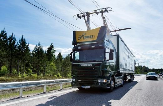 Start des weltweit ersten eHighways in Schweden / World's first eHighway opens in Sweden Im Juni 2016 ging der erste eHighway auf einer öffentlichen Straße in Betrieb. Auf einem zwei Kilometer langen Autobahnabschnitt der E16 nördlich von Stockholm wird für die nächsten zwei Jahre ein Siemens-Oberleitungssystem für Lkw getestet. Dabei kommen zwei Diesel-Hybrid-Fahrzeuge des Fahrzeugherstellers Scania zum Einsatz, die in Zusammenarbeit mit Siemens für den Einsatz unter der Oberleitung angepasst wurden. Mit dem zweijährigen Testbetrieb möchten die schwedische Transportbehörde Trafikverket und der Regierungsbezirk Gävleborg Erkenntnisse darüber sammeln, ob sich das Siemens-eHighway-System für eine zukünftige dauerhafte kommerzielle Nutzung und einen weiteren Ausbau eignet. Denn das Land hat ehrgeizige Umweltziele ausgerufen: Schwedens Transportsektor soll bis 2030 unabhängig von fossilen Brennstoffen sein. The first eHighway system on a public road opened in June 2016. For the coming two years, a Siemens catenary system for trucks will be tested on a two-kilometer stretch of the E16 highway north of Stockholm. The trial will use two diesel hybrid vehicles manufactured by Scania and adapted, in collaboration with Siemens, to operate under the catenary system. During the two-year trial, Sweden's Transport Administration Trafikverket and Gävleborg County want to create a knowledge base on whether the Siemens eHighway system is suitable for future commercial use and further deployment. As part of its climate protection strategy, Sweden has committed to having a fossil fuel independent transport sector by 2030.