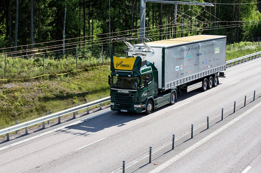 Im Juni 2016 ging der erste eHighway auf einer öffentlichen Straße in Betrieb. Auf einem zwei Kilometer langen Autobahnabschnitt der E16 nördlich von Stockholm wird für die nächsten zwei Jahre ein Siemens-Oberleitungssystem für Lkw getestet. Dabei kommen zwei Diesel-Hybrid-Fahrzeuge des Fahrzeugherstellers Scania zum Einsatz, die in Zusammenarbeit mit Siemens für den Einsatz unter der Oberleitung angepasst wurden. Mit dem zweijährigen Testbetrieb möchten die schwedische Transportbehörde Trafikverket und der Regierungsbezirk Gävleborg Erkenntnisse darüber sammeln, ob sich das Siemens-eHighway-System für eine zukünftige dauerhafte kommerzielle Nutzung und einen weiteren Ausbau eignet. Denn das Land hat ehrgeizige Umweltziele ausgerufen: Schwedens Transportsektor soll bis 2030 unabhängig von fossilen Brennstoffen sein. The first eHighway system on a public road opened in June 2016. For the coming two years, a Siemens catenary system for trucks will be tested on a two-kilometer stretch of the E16 highway north of Stockholm. The trial will use two diesel hybrid vehicles manufactured by Scania and adapted, in collaboration with Siemens, to operate under the catenary system. During the two-year trial, Sweden's Transport Administration Trafikverket and Gävleborg County want to create a knowledge base on whether the Siemens eHighway system is suitable for future commercial use and further deployment. As part of its climate protection strategy, Sweden has committed to having a fossil fuel independent transport sector by 2030.